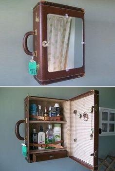 Todos tenemos en casa alguna maleta de las que se usaban antes. Un uso muy ingenioso sería instalarlo en la pared como pequeño armario para el baño. vía Brandless…