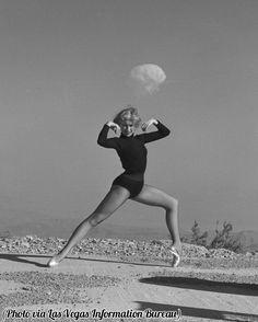 🌎──────────── Dancer with a nuclear explosion in the background. USA, 1950's. 🇧🇷──────────── Dançarina com uma explosão nuclear ao fundo. EUA, anos 1950. 🇪🇸──────────── Bailarina con una explosión nuclear al fondo. EEUU, 1950's. 🇮🇷──────────── رقصنده ای که در پس زمینه تصویر وی انفجار اتمی قابل رویت است، ایالات متحده، دهه 1950  [ #hg_weapons | @historygram ]  〰〰〰〰〰〰〰〰