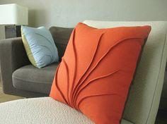 Decoração em sala de estar com almofadas coral