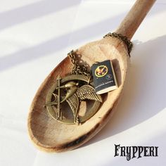 Hunger Games Ghiandaia Imitatrice con miniatura #hungergames #ghiandaia #imitatrice #handmade #fimo #polymerclay www.frypperi.it www.facebook.com/frypperi