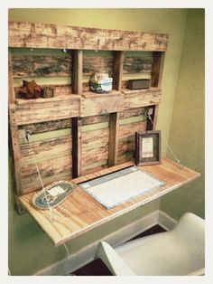 Wooden Pallet Furniture 5 DIY Easy Wooden Pallet Desk Ideas - Now we have select.Wooden Pallet Furniture 5 DIY Easy Wooden Pallet Desk Ideas - Now we have selected the pallet wood and its various purposes a# Desk # Pallet Desk, Wooden Pallet Projects, Wooden Pallet Furniture, Pallet Crafts, Wooden Pallets, Diy Furniture, Pallet Wood, Furniture Design, Wooden Diy