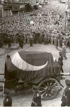 Funeral of Mustafa Kemal Atatürk ca 1938 Republic Of Turkey, Turkish People, Turkish Army, The Turk, Great Leaders, Ottoman Empire, Historical Pictures, Aesthetic Photo, Something Beautiful