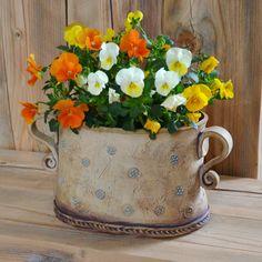 Květináč pomněnkový - obal Tvar je oválný rozměr 20 x 15cm s ušima je šíře 26cm , výška 16cm Pokud chcete sázet přímo s hlínou, bez květináčku, doporučuji dospod dát drenáž - stačí na dno navrstvit kamínky . Kdyby si někdo přál s otvorem a podmiskou , přání bude splněno. Má osobní zkušenost - dávám s plastovým květináčkem, zdá se mi lehčí ...