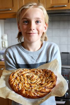 Mega-kanelbulle – snabb utan jäst | Fru Lilja Swedish Recipes, Sweet Recipes, Swedish Foods, Kitchen Recipes, Cooking Recipes, Recipe Cup, Dessert Recipes, Cake Recipes, Bread Baking