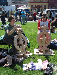 so good to see young women spinning and learning to be self-reliant and self-sufficient in leftwing arcata, ca.Farmer's Market spinning in Arcata, CA - Elena & Velma from velmasworld via flickr