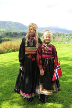 Anne and Tone Haave in their beltestakk, Heddal, Telemark, Norway Tribal Dress, Ethnic Dress, Viking Religion, Scandinavian Art, Scandinavian Countries, Norwegian Clothing, Beautiful Norway, Costumes Around The World, Thinking Day