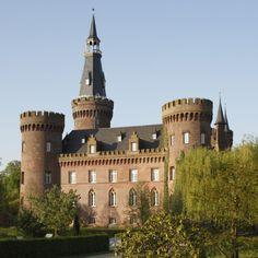 Joseph Beuys Museum Schloss Till Moyland, Bedburg-Hau. Magisches Schloss mit einem ebensolchen Park. Liegt in der Kombination des spirituellen Wasserzeichens Fische zusammen mit dem Erdzeichen Stier für die Radiusebene 3, die anzeigt wie das Schloss und der Park in die nähere Umgebung eingebettet sind.