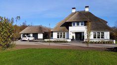 Witte rietgedekte villa met een symmetrische opzet dubbele garage te Overijssel_ontworpen door Dennis Kemper van 01 Architecten