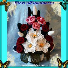 Composizione di fiori all'uncinetto con gigli e rose - www.nonsolofiori.com