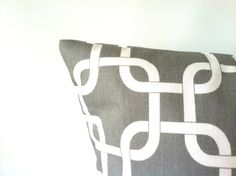 Grey Chainlink Pillows - 20 x 20, One, Grey White Pillows, Gray Geometric Pillows, Cushion Covers, Modern Decor, Gray Cushion, Grey Cushions par PillowStyles sur Etsy https://www.etsy.com/fr/listing/191331548/grey-chainlink-pillows-20-x-20-one-grey