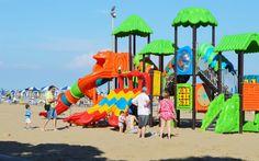 Spielplatz im Sand © Elisabeth Hotter Strand, Hot, Outdoor Decor, Home Decor, Sunroom Playroom, Family Vacations, Kids, Decoration Home, Room Decor
