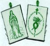 """O Escapulário Verde (revelação feitas pela Virgem Maria à Ir. Justina Bisqueyburu) é um Sacramental que se usa ao peito composto de um pequeno rectângulo de pano com uma figura de cada lado - a imagem da Santíssima Virgem e no outro, um coração inflamado de raios, o qual estava trespassado por uma espada. Ao redor, tem uma inscrição em forma ovalada, coroada por uma cruz dourada e que dizia o seguinte: """"Coração Imaculado de Maria, rogai por nós, agora e na hora da nossa morte""""."""