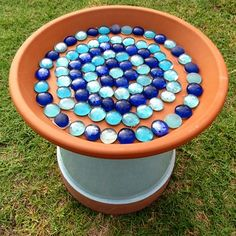 Family Project: How to Make a Bird Bath - Alles über den Garten Bird Bath Planter, Diy Bird Bath, Bird Bath Garden, Glass Garden, Garden Crafts, Garden Projects, Terra Cotta Bird Bath, Mosaic Birdbath, Bird House Kits