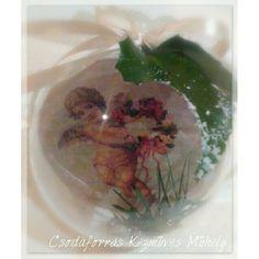 Gömbbe zárt angyal :-)  10 cm-es műanyag gömb, benne mindkét oldalon dekuzva, antikolva, valamint fenyő aggal dekoralva belülről.  Ára 1500 Ft.  Vásárlás, rendelés privát üzenetben.
