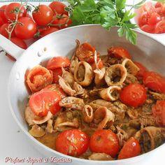 Calamari al sugo con pomodorini, un secondo piatto di pesce gustoso e saporito. E' anche una ricetta molto semplice e facile.