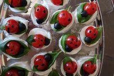 Tomate-Mozzarella-Marienkäfer von Chefkoch-Video   Chefkoch Peach Syrup, Snacks Für Party, Parties Food, Veggie Tray, Veggie Food, Tomate Mozzarella, Edible Arrangements, Fruit Art, Edible Art