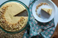 Můj oblíbený Ikea dort. Taková jedna velká chuťově dokonalá mandle. Tak tady na něj máte recept. Ingredience na těsto 5 vaječných bílků 1 špetku soli 110 g moučkového cukru 200 g mletých mandlí Ingredience na krém 180 g smetany 12 % 5 vaječných žloutků 95 g cukru krupice 2 lžičky mandlového sirupu či lžičku esence 100 g měkkého másla Griláž 80 g plátků mandlí 50 g cukru 4 lžíce vody  V první řadě si připravíme těsto na korpus, abychom ho mohli dát péct. Hummus, Baking, Ethnic Recipes, Bakken, Backen, Sweets, Pastries, Roast
