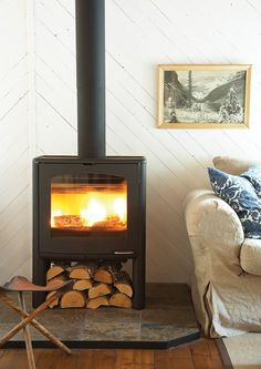 My parents have this exact wood fire stove in their house. It is more eco-friendly than your normal wood fire stove. and really stokes a room! Fireplace Design, Simple Fireplace, Black Fireplace, Wood Burner, Hemnes, Herd, Home Living Room, Family Room, Ikea