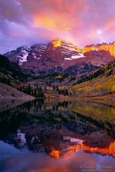 Autumn sunrise on the Maroon Bells near Snowmass, Colorado.