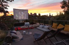 Cool backyard movie theaters for outdoor entertaining - Terrasse Outdoor Cinema, Outdoor Theater, Theater Seating, Backyard Movie Theaters, Outdoor Movie Nights, Rooftop Terrace, Backyard Projects, Deck Design, Roof Design