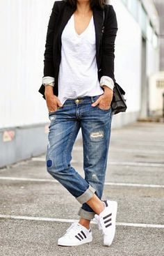 Casual Style // ripped jeans, t-shirt, blazer, Adidas sneaker