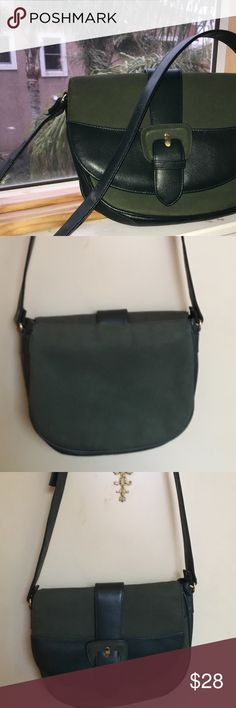 Vintage Hunter Green purse Hunter Green purse. Leather and suede bag. In great condition. Very beautiful style- please message me with any questions Bags Crossbody Bags