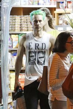 Jared Leto grocery shopping in New York City (May 30, 2015) [x]