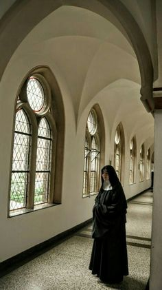 A Catholic nun is a woman who lives as a contemplative life in a monastery which… Catholic Art, Catholic Saints, Roman Catholic, Nuns Habits, Bride Of Christ, The Cloisters, Kirchen, Spirituality, Nun Outfit