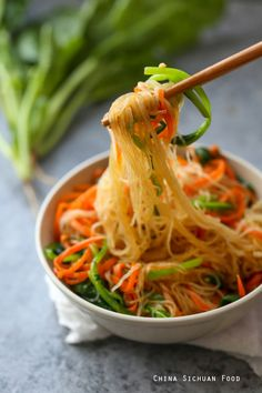 Quick bean thread noodle salad with spinach and carrots. With a light dressing. Lunch Recipes, Wine Recipes, Asian Recipes, Vegetarian Recipes, Cooking Recipes, Healthy Recipes, Ethnic Recipes, Veggie Recipes, How To Cook Beans