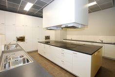 timmermans interieur school te maasmechelen praktijkruimteschoolkeukenwit modern