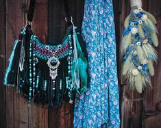 gypsy outfit inspiration, in love with the black and turquoise combination Boho Chic, Hippie Chic, Boho Style, Bohemian, Black Fringe Bag, Fringe Bags, Gothic Fashion, Boho Fashion, Hippie Purse