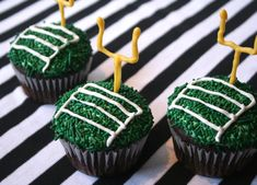 Miss Make: Super Bowl Cupcakes Decorating Tutorial I'll make these WHEN the Patriots are in the playoffs ❥ Football Cupcakes, Football Food, Football Birthday, Football Parties, Football Desserts, Nfl Party, Football Treats, Football Spirit, Party Party