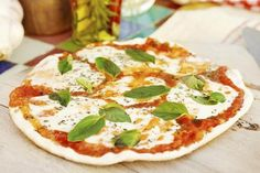 Klassikeren! Pizza Margherita – kanskje den mest kjente pizzavarianten av alle, er oppkalt etter dronning Margherita og ble laget til henne, av pizzabakeren Raffaele Esposito, i forbindelse med et besøk i Napoli i 1889.