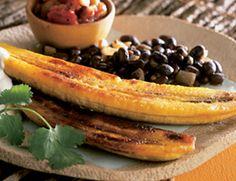 Al estilo cubano Frijoles negros con arroz y plátanos