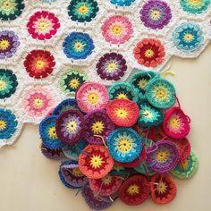 De laatste 52 rondjes zijn af en kunnen aan de deken worden gehaakt.. The last 52 circles are done! Let's join them to the blanket.. #hexagonblanket #grannycircle #grannycircles #crochetblanket #crochet #crochetaddict #crochetproject #haken #haakproject #gehaaktedeken #gehaaktmetliefde #hakeniship #stylecraftspecialdk #crochetersofinstagram #instacrochet #kleurrijk #colorful by gehaaktmetliefde