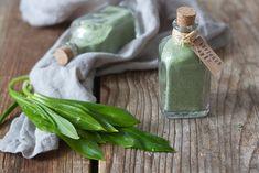 Bärlauchsalz Rezept Bärlauchsalz ist die beste Möglichkeit, den Frühling für das restliche Jahr zu konservieren. Selbst gemachtes Bärlauchsalz ist das perfekte Geschenk aus der Küche, es eignet sich zum Verfeinern von vielen Gerichten.