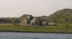 Abbaye de l'île d'Iona, Royaume Uni, Hébrides intérieures (Océan Atlantique, superficie 8,77 kms)-  ENLUMINURE INSULAIRE, 1) HISTORIQUE, 4: Les missionnaires irlandais apportent avec eux leur art dans cette région. Dans le même temps, le sud de la Grande Bretagne subie une influence directe de christianisation continentale et notamment italienne au cours du 6° et 7°s, à la suite de la Mission Grégorienne.