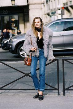 Combineer een faux fur jas met een zijden sjaaltje, jeans en nette schoenen, sneakers of sixties laarsjes.