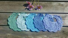 Crocheted baby bib in cotton Hæklede savlesmække i bomuld Baby Boy colors, blue and green