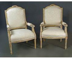 Sillones Franceses Pareja - Estilo Luis XVI de origen francés de 1900-1920.   Elegante y sofisticada pareja de sillones  dorados y pintados en decapé con espaldas rectangulares y patas torneadas. Los sillones están tallados totalmente y nuevamente tapizados. Extremadamente cómodos.
