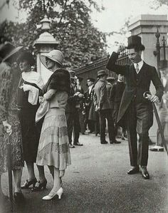 GoodMorning #DonneInArte #ArtLovers A gentleman tips his hat to a group of ladies in the1920s @alecoscino @Asamsakti