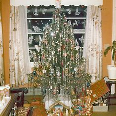 Live Christmas Trees, Beautiful Christmas Trees, Christmas Past, Christmas Colors, White Christmas, Xmas, Vintage Christmas Photos, 1950s Christmas, Christmas Pictures
