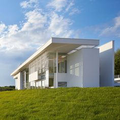 Richard Meier models all-white Oxfordshire residence on English manor houses Richard Meier, Richard Neutra, Famous Architecture, Futuristic Architecture, Facade Architecture, Chinese Architecture, Landscape Architecture, Great Buildings And Structures, Modern Buildings