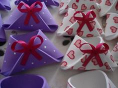 gonna in evade baby shower e baby tea con fiocchi Baby Tea, Diy, Gift Wrapping, Quilts, Knitting, Babyshower, Alice, Tea Party Favors, Baby Shower Diapers