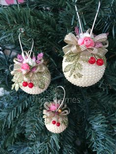 New craft bead jewelry christmas ornament ideas Shabby Chic Christmas Ornaments, Handmade Christmas Decorations, Beaded Christmas Ornaments, Gold Ornaments, Xmas Decorations, Christmas Projects, Christmas Diy, Christmas Wreaths, Christmas Crafts
