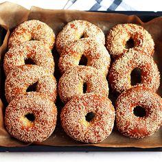 """Diese Bagels schmecken genauso, wie ich sie von den richtig guten Bäckereien in New York City und Boston kenne: mit leicht zähem Biss (""""chewy""""), trotzdem luftig und nicht zu fest. Wer ein paar Jahre an der US-Ostküste lebt, bekommt eben viele Gelegenheiten zum Bagels verkosten."""
