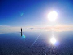 空を鏡のように写し出し「天空の鏡」とよばれる大人気の絶景スポット、ウユニ塩湖。ウユニ塩湖で撮影されたフォトジェニックな写真と共に魅力、日本からの行き方、費用、どれ位の時間がかかるのか、ベストシーズンをご紹介!
