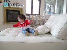 Fama sofás para disfrutar en casa- Laia juega en el sillon Fama
