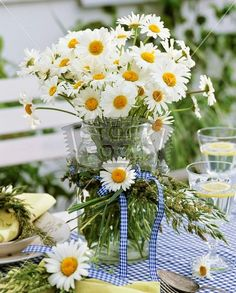 <3  daisies in jar with wreath of grasses