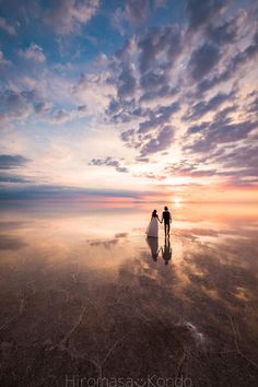 This Couple Took Their Wedding Photos In Bolivia's Salt Flats, And They Look Epic As Hell - PintoPin Beach Wedding Photos, Wedding Photoshoot, Beach Photos, Wedding Pictures, Salt Flats Utah, Bolivia Salt Flats, Wedding Photography Poses, Beach Photography, Wedding Poses